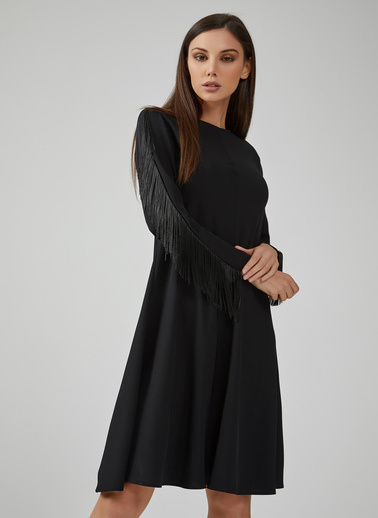 Gusto Kadın Siyah Yuvarlak Yakalı Kolları Püsküllü Elbise 20KGN09325 Siyah